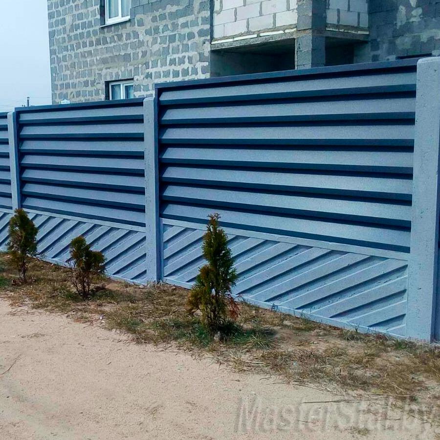 Забор жалюзи металлический в Минске Мини-140 с бетонными столбами и плитами