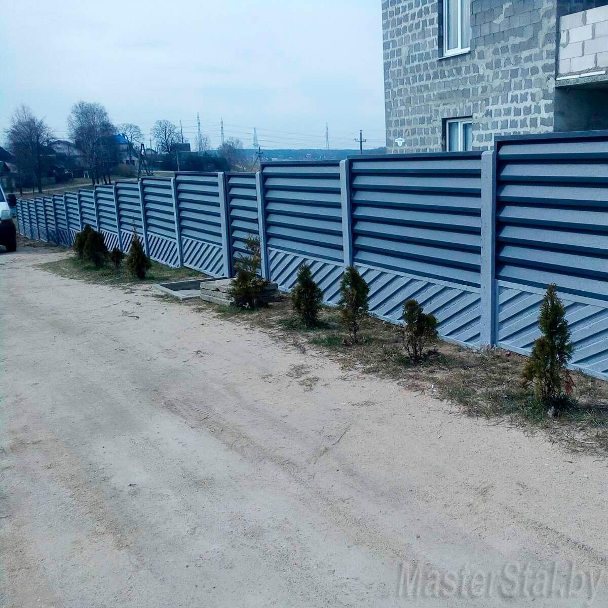 Забор жалюзи металлический с бетонными столбами и плитами внизу забора в Минске общий вид